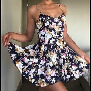 Dresses & Skirts - Flowy Floral Mini Dress